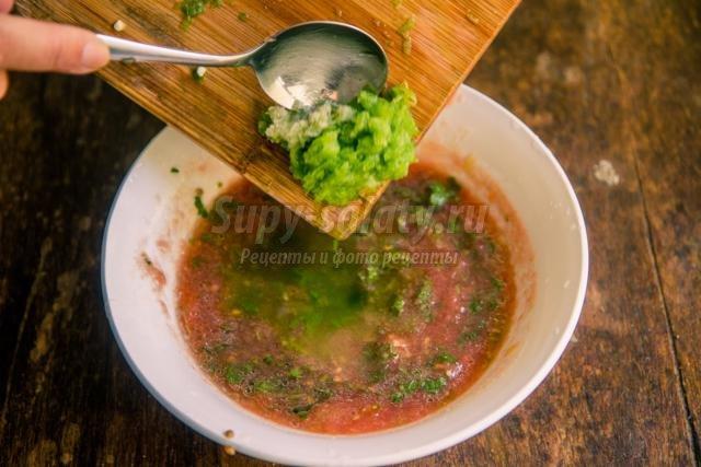 свежий соус из помидоров, лука, и болгарского перца
