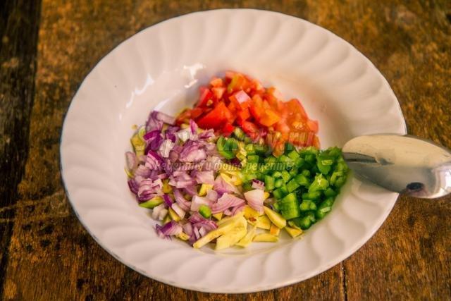 свежий салат с авокадо