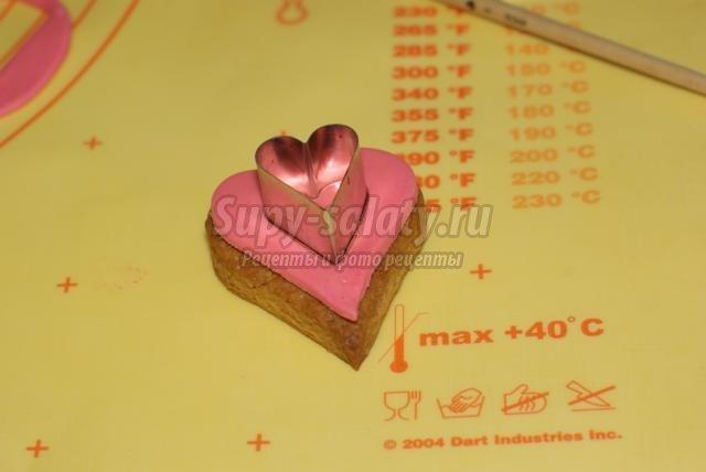 песочное печенье с мастикой на день Святого Валентина. Сердечки