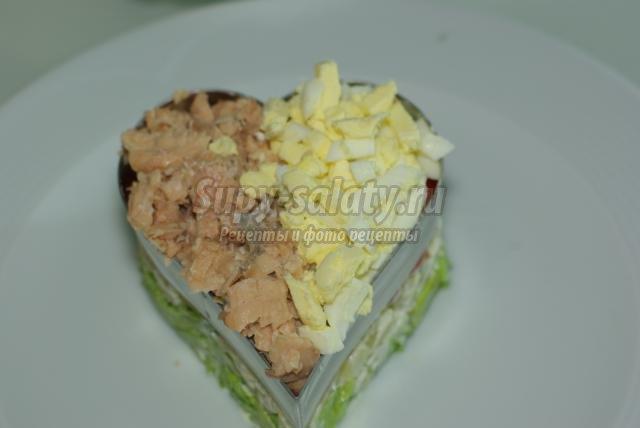 салат с лососем на день Святого Валентина. Сердце