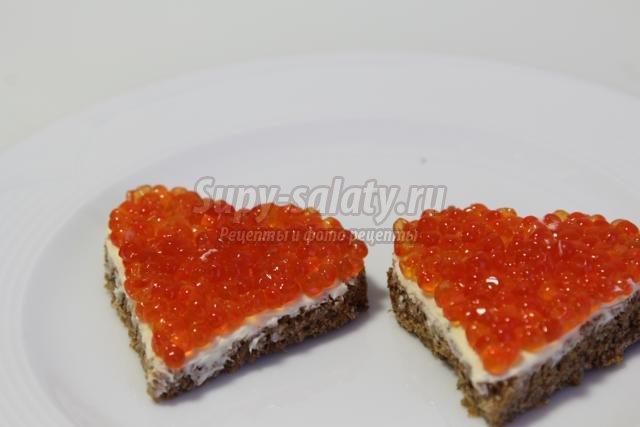 бутерброды с красной икрой на день Святого Валентина. Сердечки