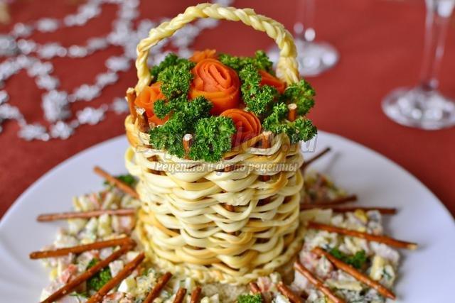 салат на Новый год с сыром сулугуни и бужениной. Корзина с розами