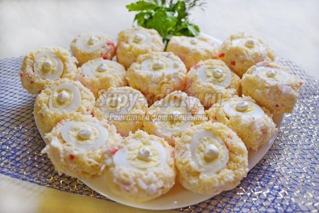 новогодняя закуска из крабовых палочек и перепелиных яиц