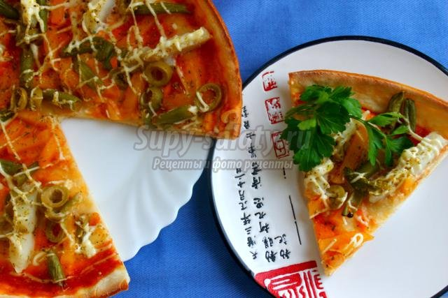 пицца с рыбой, оливками и фасолью