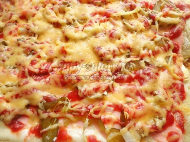 пицца с колбасой и солеными огурцами