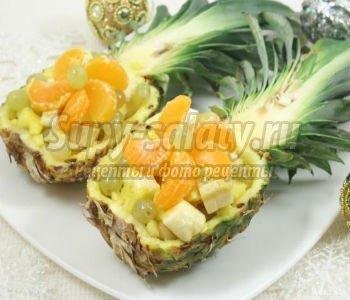 салат в ананасе с фруктами и сыром Камамбер