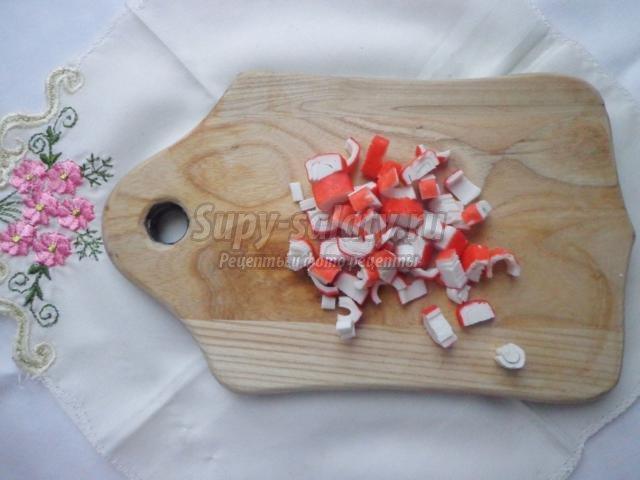 салат с сыром, яблоком и крабовыми палочками