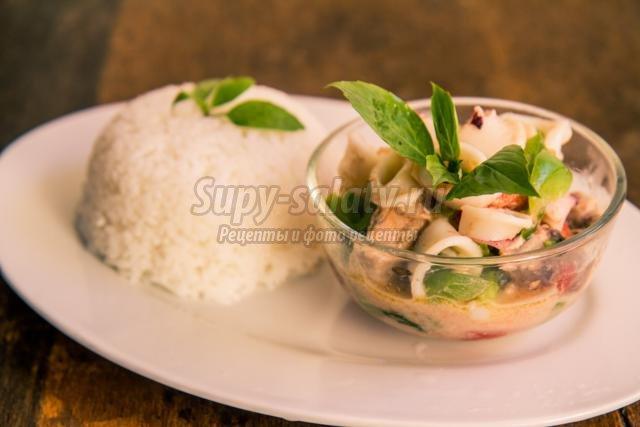 тушеные морепродукты в кокосовом молоке