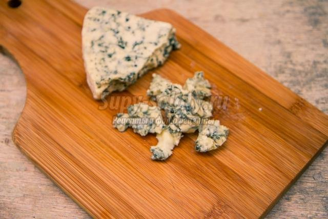 новогодний салат с ветчиной и сыром дор блю. Яркий