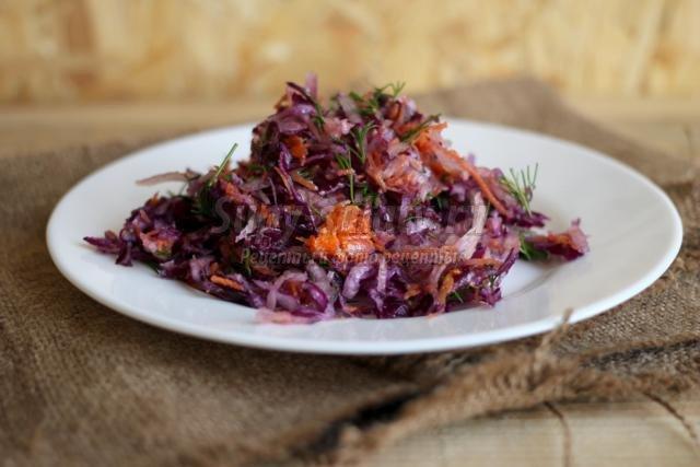 салат из краснокочанной капусты с дайконом и морковью