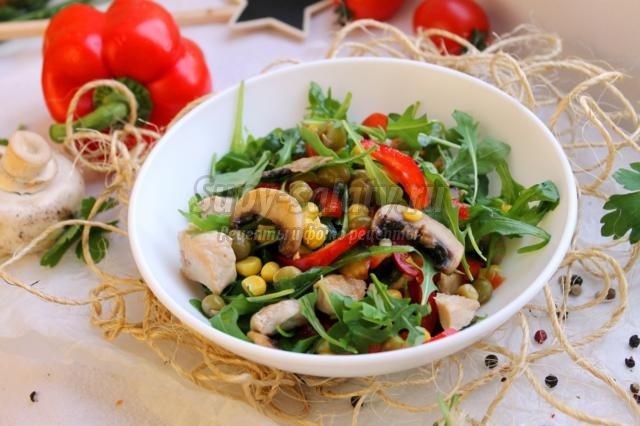 салат с курицей, шампиньонами и овощами