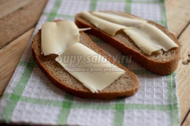 бутерброды с колбасой ко Дню Святого Валентина