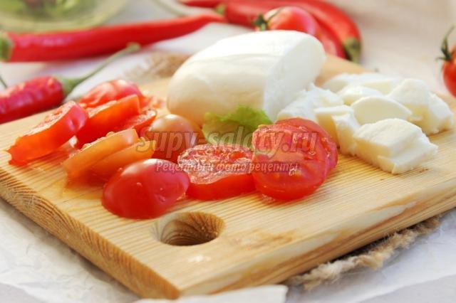 салат с моцареллой, шампиньонами и черри