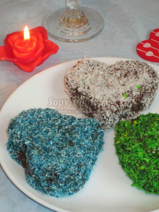 бисквитное пирожное. Валентинки в шоколадном соусе и кокосовой стружке