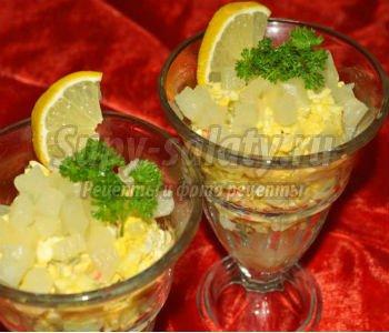 крабовый салат-коктейль с ананасами