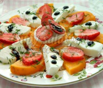 десертный салат из хурмы, моцареллы и клубники
