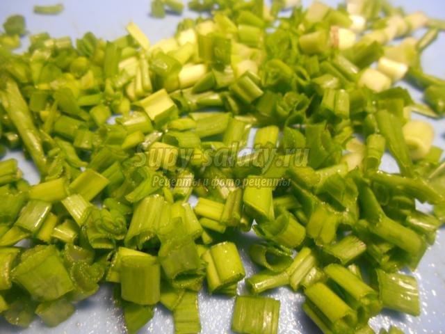 салат из языка с маринованными грибами. Зеленый