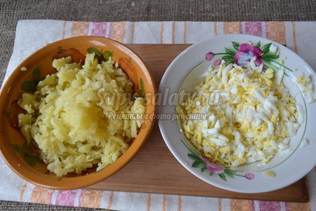 слоеный салат с рыбными консервами и сыром