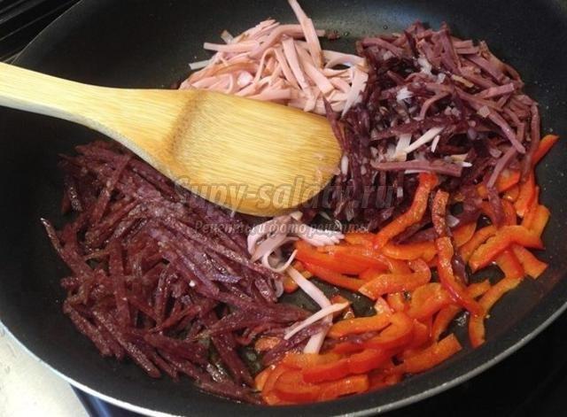 солянка с колбасой и копченостями на говяжьем бульоне