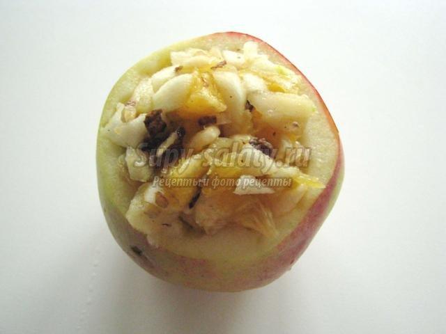 печеные яблоки с фруктами, медом и грецкими орехами