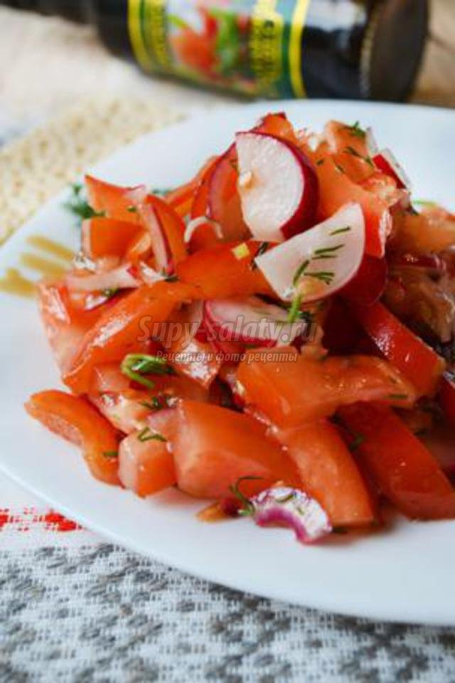 красный овощной салат с гранатовым соусом
