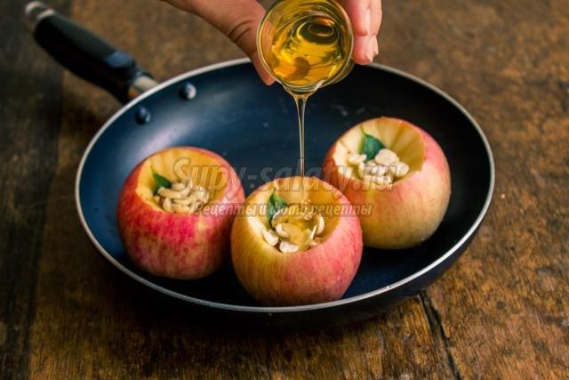 печеные медовые яблоки с арахисом