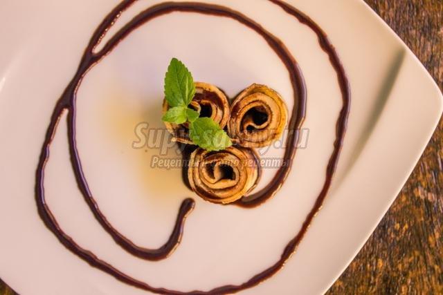 тонкие блинчики с шоколадным сиропом