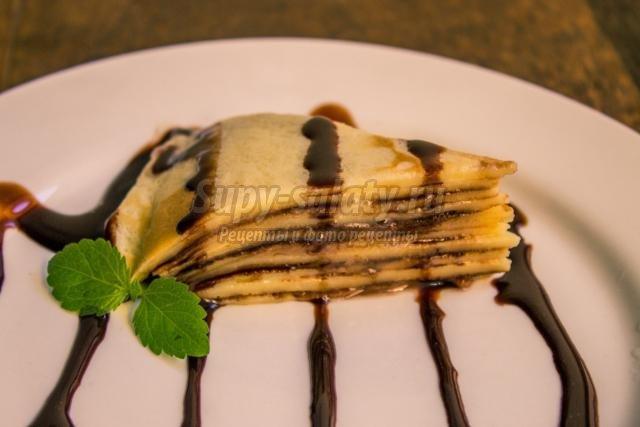 блинный торт со сгущенкой и шоколадным сиропом
