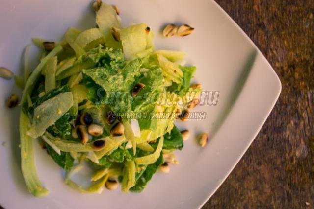 диетический зеленый салат с орешками