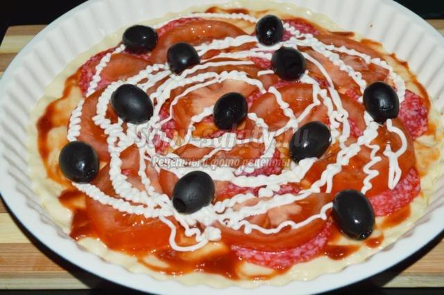 пицца с салями и маслинами
