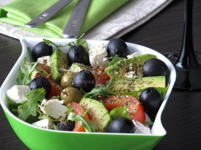 салат из рукколы с мягким сыром и авокадо