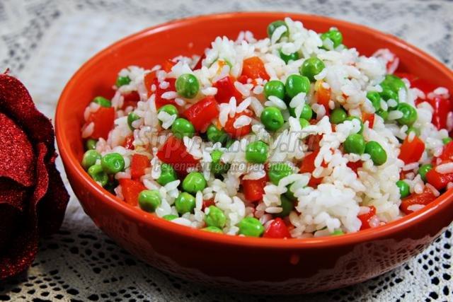 постный рис с зеленым горошком и печеным перцем