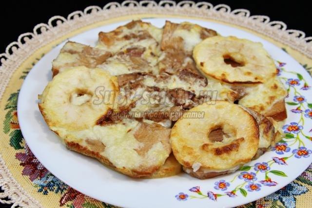 отварное мясо, запеченное с яблоком под молочным соусом