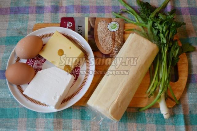 пирог из слоеного теста с сыром, брынзой и зеленью