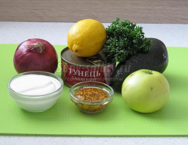 салат из авокадо, тунца и яблока
