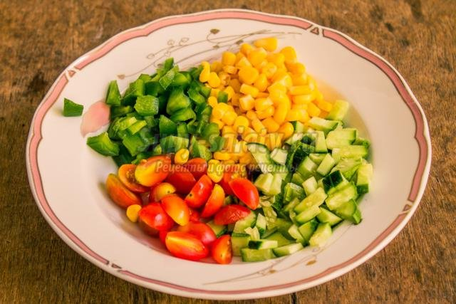 постный овощной салат с кукурузой. Цветной