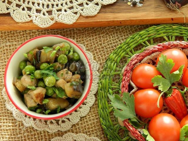 жареные баклажаны со свининой, зеленым горошком и красным луком