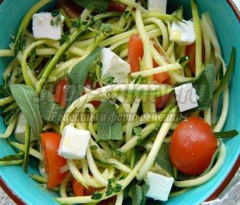 диетический салат из цукини, черри, брынзы с шалфеем, тимьяном и мятой