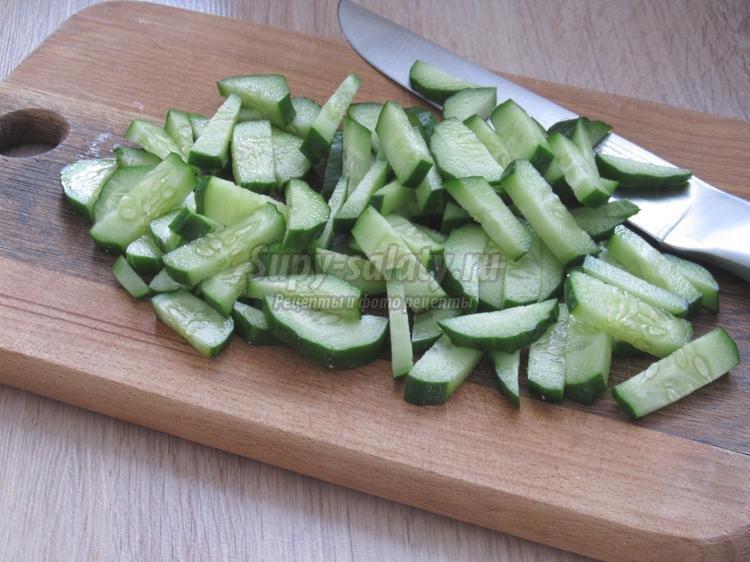 салат из авокадо, пекинской капусты и мидий