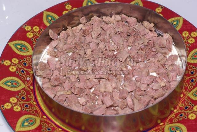 слоеный салат с мясом, свеклой и лесными орехами