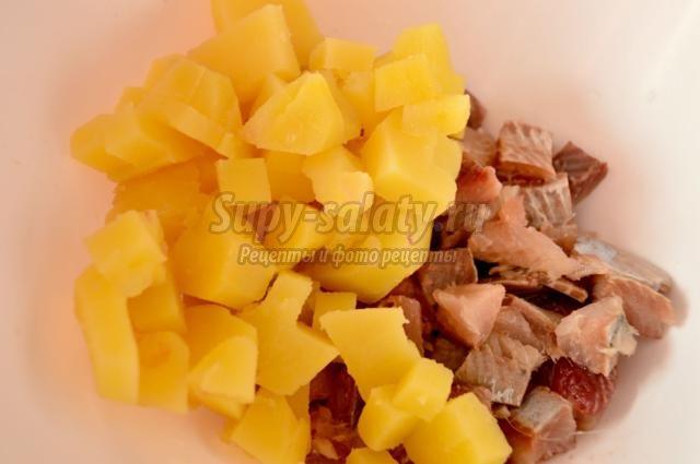 салат с селедкой, картофелем и свеклой. Рубиновая долина