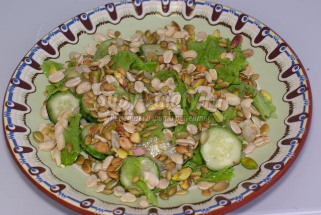 зеленый салат с фисташками, арахисом и тыквенными семечками