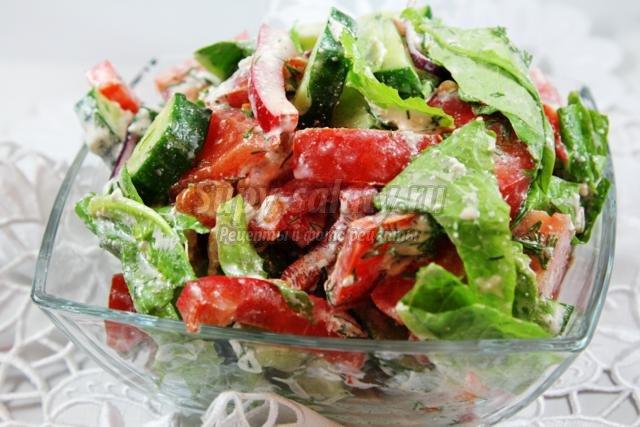 летний салат из свежих овощей с творогом