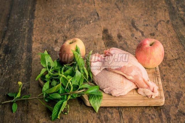 жареная курица с яблоками