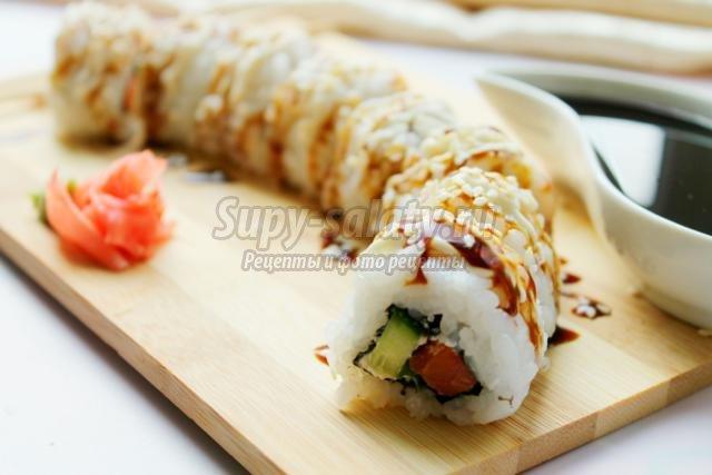 роллы с красной рыбой, огурцом и сыром