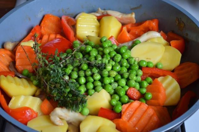 овощное рагу с грибами, травами и горошком