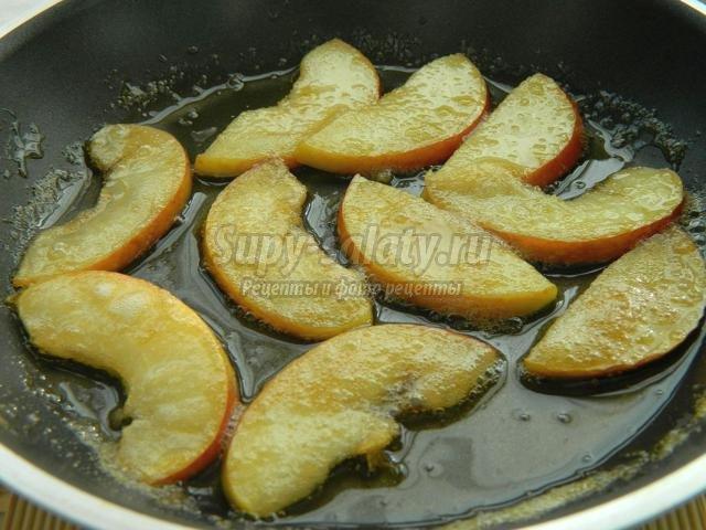 запеченный сыр камамбер с яблоками в карамели и орехами