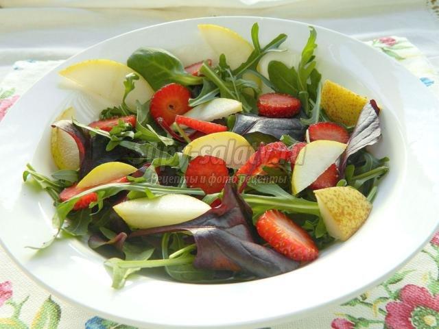 салатный микс с клубникой, сыром, грушей и кускусом