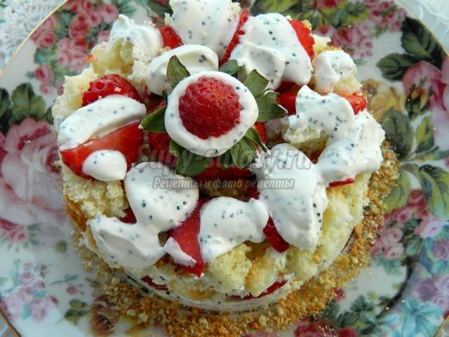десерт из бисквита, клубники, сметаны и мака