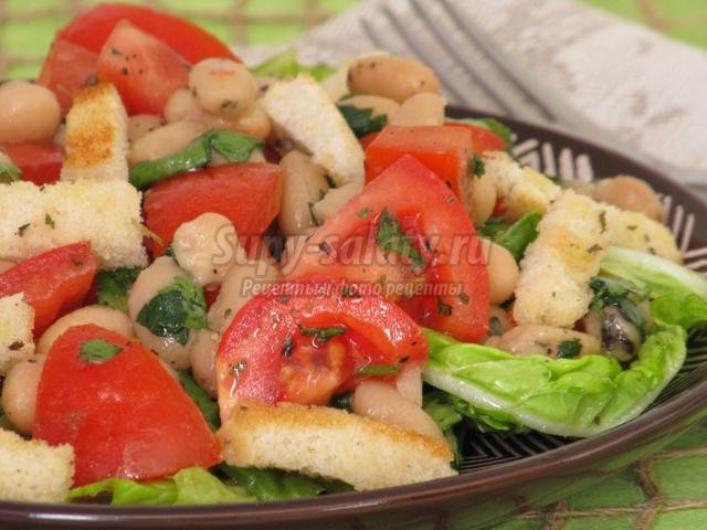 салат из фасоли с помидорами и сухариками